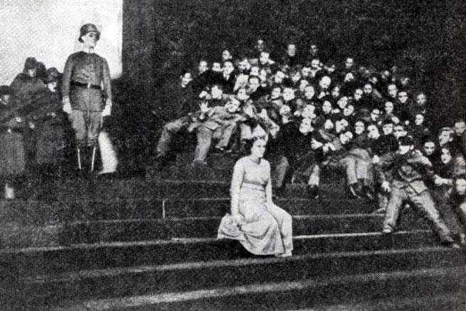Сцена из спектакля 'Человек-масса' Э. Толлера. Постановка Ю. Фелинга. Фольксбюне. 1921 г.