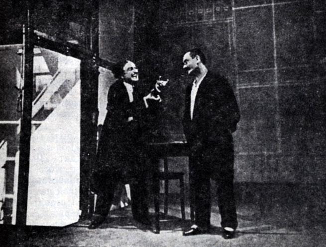 Сцена из спектакля 'Гоп-ля, мы живем!' Э. Толлера. Постановка Э. Пискатора. Театер ам Ноллендорфплатц. 1927 г.